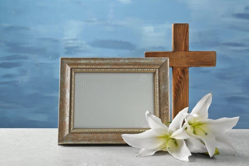 Hölzernes Kreuz, weiße Lilie und Rahmen stockfotos