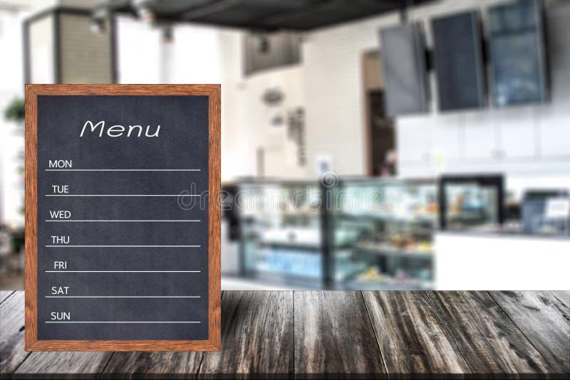 Hölzernes Menüanzeigenzeichen, Feldrestaurantanschlagbrett auf Holztisch, verwischte Bildhintergrund stockfotos