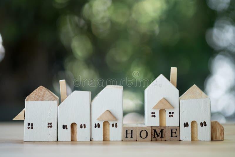 Hölzernes Miniaturhaus Konzept des Grundbesitzes lizenzfreies stockfoto