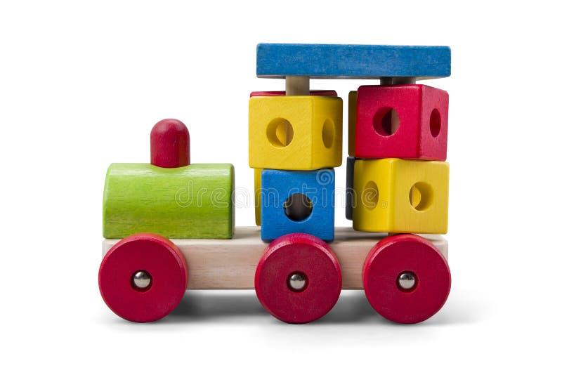 Hölzernes Motor- LKW-Spielzeug mit den bunten Blöcken lokalisiert über Weiß lizenzfreie stockfotografie