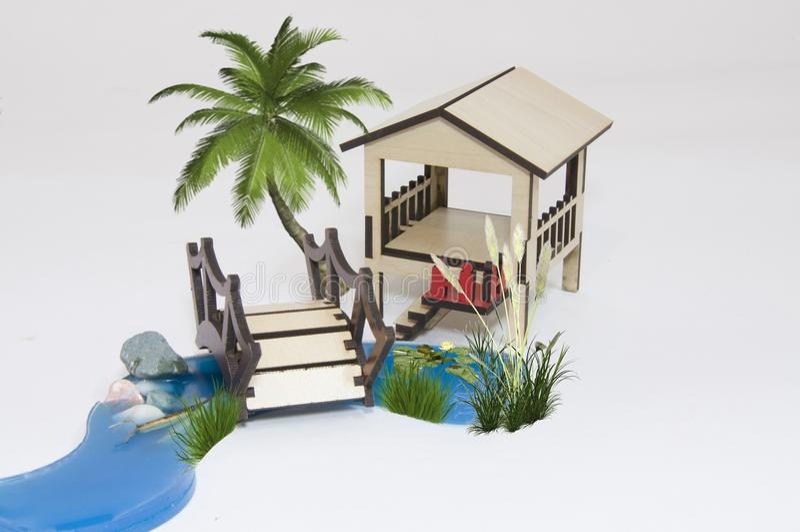 Hölzernes Pergola maquette und kleiner See mit Holzbrücke stockfotos