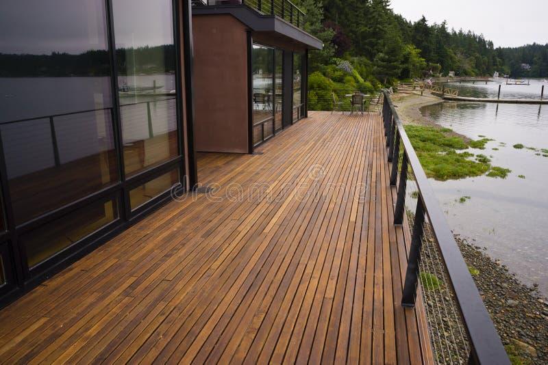 Hölzernes Planken-Plattform-Patio-Strand-Wasser-zeitgenössisches Ufergegend-Haus stockfoto