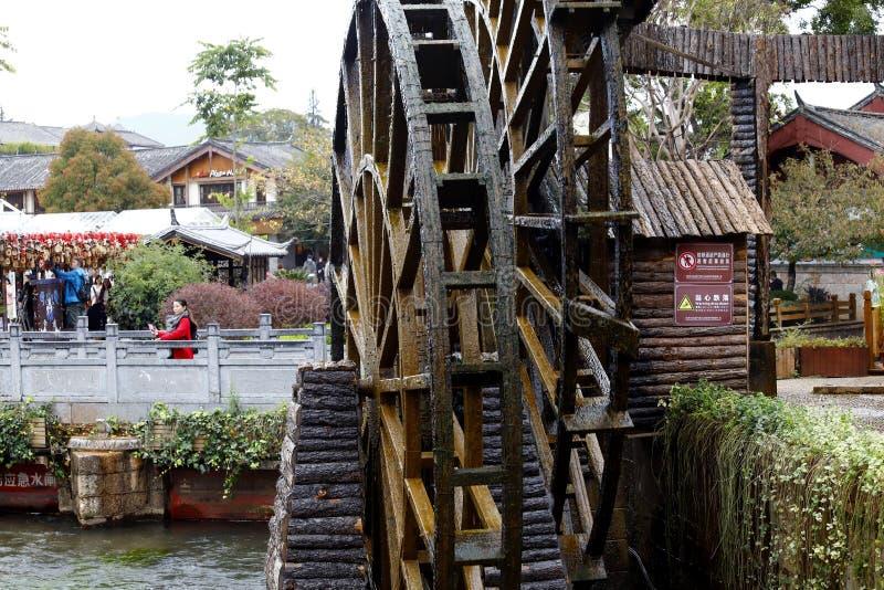 Hölzernes Rad einer Wassermühle in einem Quadrat der alten Stadt von Lijiang, Yunnan, China lizenzfreie stockfotografie
