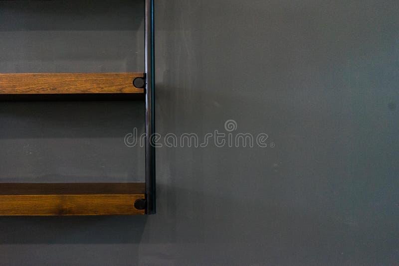 Hölzernes Regal auf Hintergrund lizenzfreie stockbilder