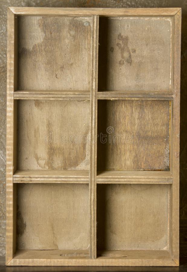 Hölzernes Regal mit leeren sechs Fächern lizenzfreies stockbild