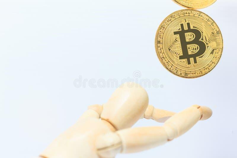 Hölzernes Robotermodell stoppt fallendes Bitcoin-cryptocurrency Zeichen auf weißem Hintergrund Investition, Währungsunsicherheit, stockfoto
