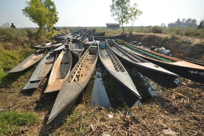 Hölzernes Sampankanu Myanmars im Kanal stockbild
