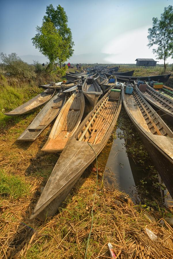 Hölzernes Sampankanu Myanmars im Kanal lizenzfreie stockfotos
