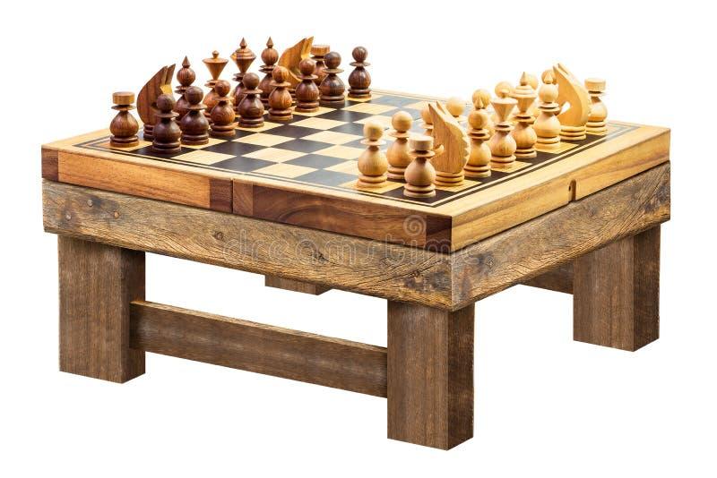 Hölzernes Schach auf der Tabelle lokalisiert lizenzfreie stockfotografie
