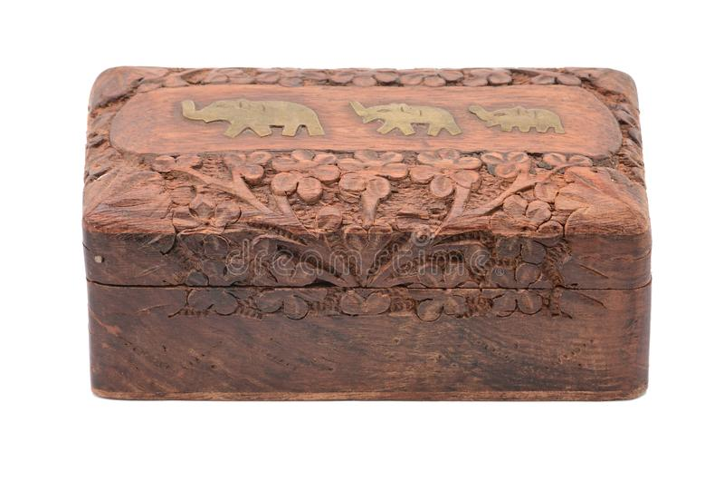 Hölzernes Schmuckkästchen der Weinlese auf einem weißen Hintergrund lizenzfreies stockbild