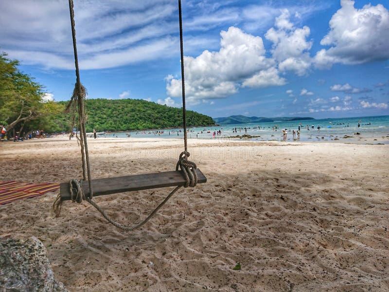Hölzernes Schwingen an einem sonnigen Tag am Strand lizenzfreies stockfoto