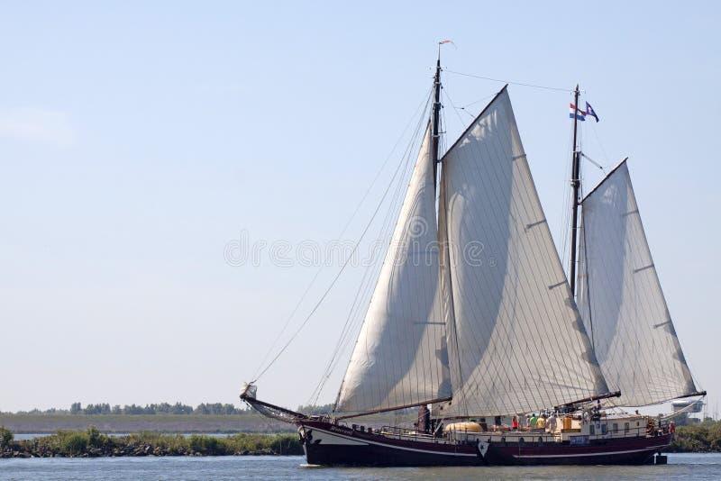 Hölzernes Segelboot der Weinlese im Hafen von Enkhuizen stockfotografie