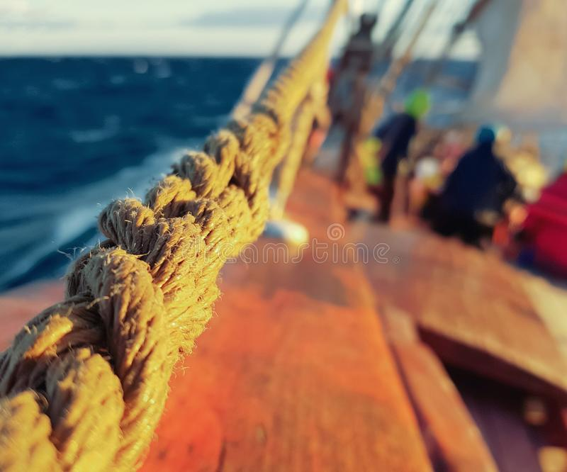Hölzernes Segelschiff der Rettungsleine, das mit einer Rollenrolle sich bewegt stockfotos