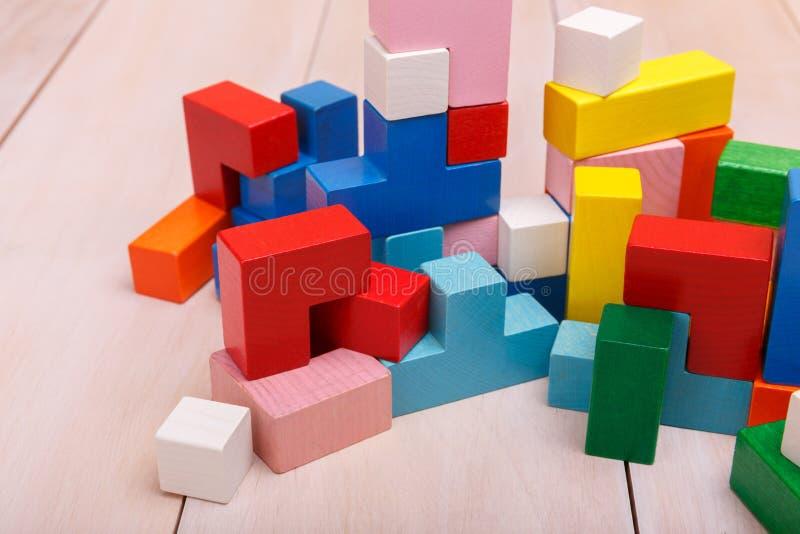 Hölzernes Spielzeug in Form von Würfeln lizenzfreie stockfotos