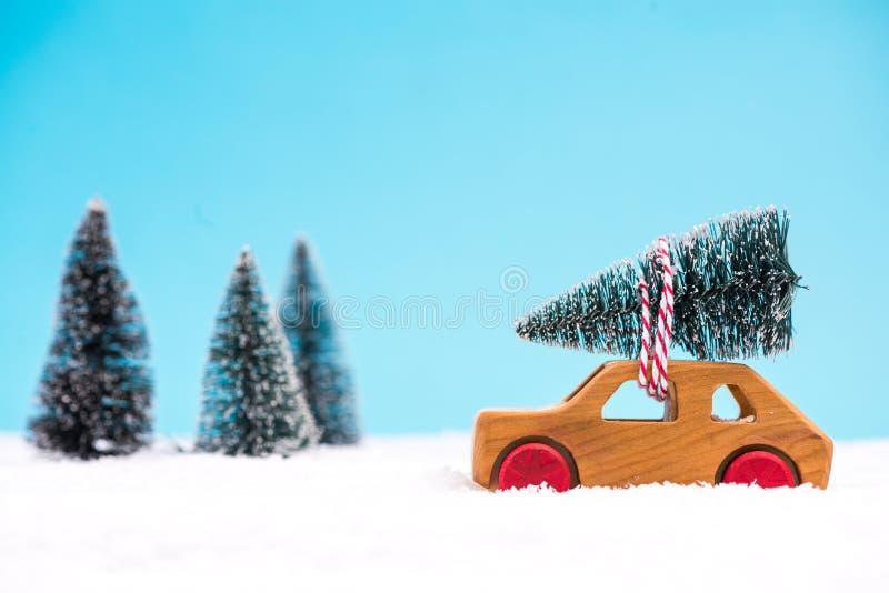 Hölzernes Spielzeugauto tragender Weihnachtsbaum stockfotos