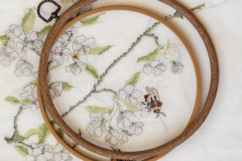 Hölzernes Stickereiband mit Fragment einer bunten Kreuzstichstickerei, Blumenverzierung lizenzfreies stockbild