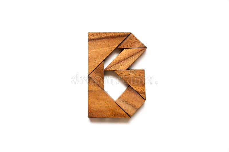 Hölzernes Tangrampuzzlespiel als Buchstabe B des englischen Alphabetes stockfotografie