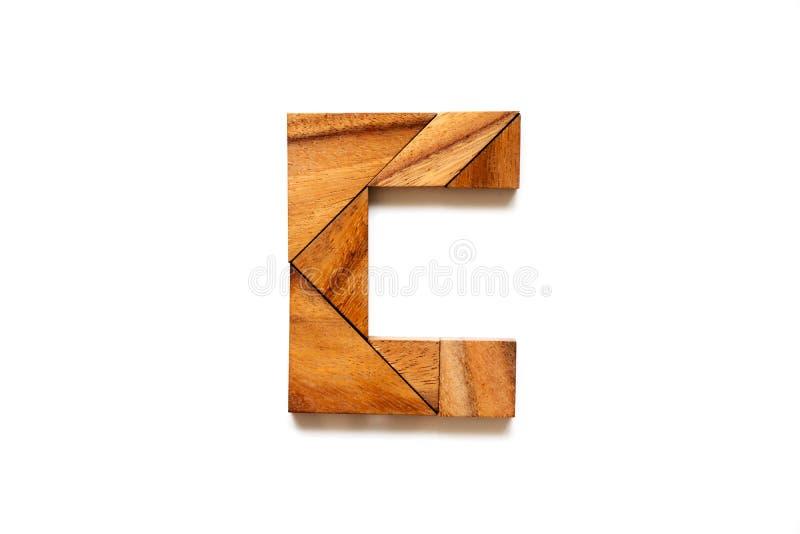 Hölzernes Tangrampuzzlespiel als Buchstabe C des englischen Alphabetes lizenzfreie stockfotografie