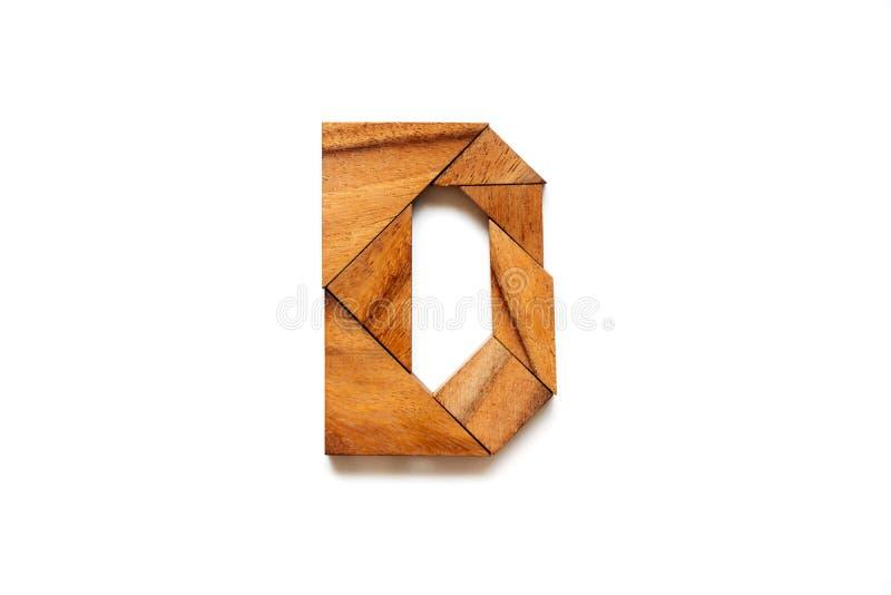 Hölzernes Tangrampuzzlespiel als Buchstabe D des englischen Alphabetes stockfotografie