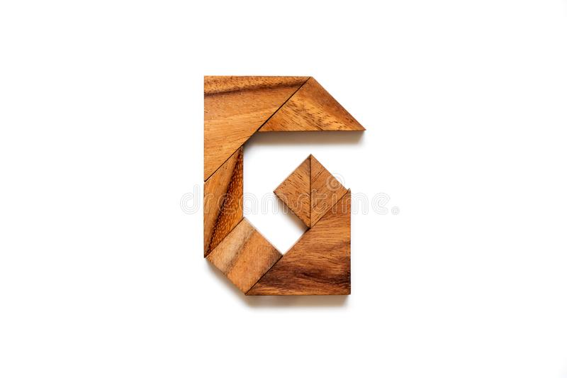 Hölzernes Tangrampuzzlespiel als Buchstabe G des englischen Alphabetes stockfotos