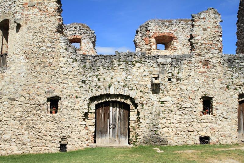 Hölzernes Tor auf Schloss Rabi stockbilder