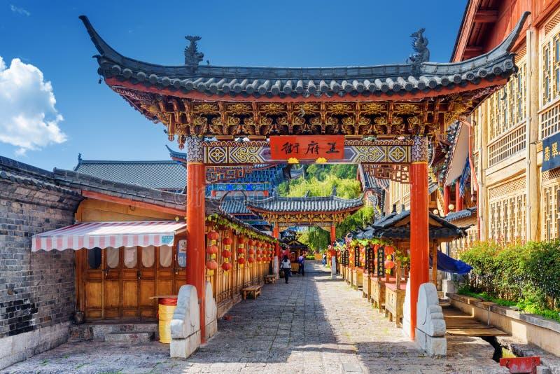 Hölzernes Tor des traditionellen Chinesen, die alte Stadt von Lijiang, China stockfoto