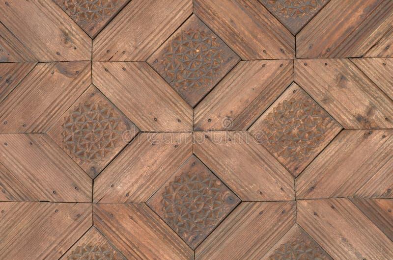 Hölzernes Tor geschnitztes geometrisches Muster des Designs stockfotos