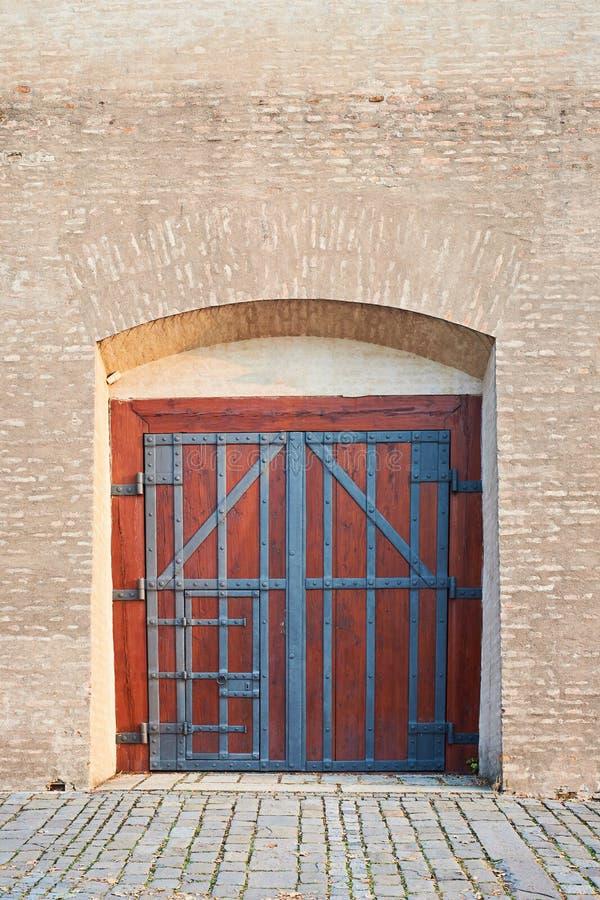 Hölzernes Tor und alte Backsteinmauer lizenzfreies stockbild