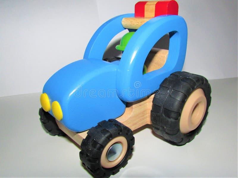 Hölzernes Traktorspielzeug lokalisiert auf weißem Hintergrund lizenzfreie stockbilder