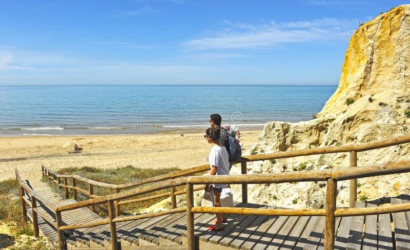 Hölzernes Treppenhaus an der Klippe von Asperillo in Strand Cuesta Maneli, sehr nah zu Mazagon in der Provinz von Huelva, Andalus lizenzfreie stockfotos
