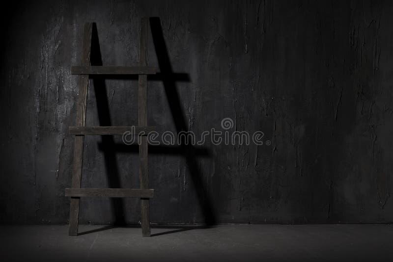 Hölzernes Treppenhaus in einem Dunkelkammerschatten lizenzfreies stockbild