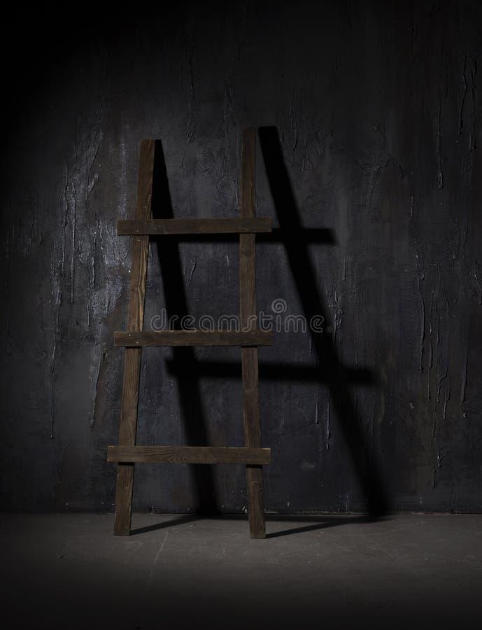 Hölzernes Treppenhaus in einem Dunkelkammerschatten stockfotografie