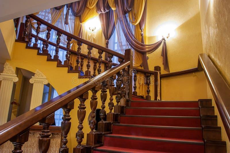 Hölzernes Treppenhaus in einem Luxushaus lizenzfreies stockbild