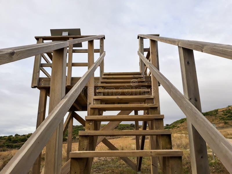 Hölzernes Treppenhaus in einem Standpunkt von Andelos den Himmel übersehend Andelos war eine römische Stadt jetzt in den Ruinen G stockfotografie
