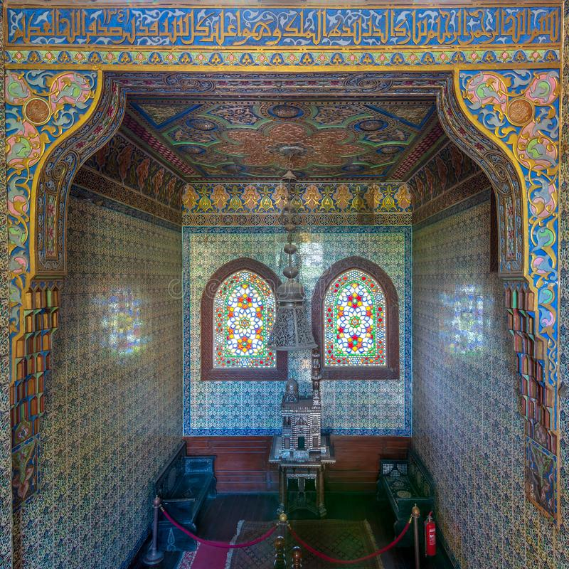 Hölzernes Treppenhaus, türkische Keramikfliesen Wand und Buntglasfenster an Manial-Palast von Prinzen Mohammed Ali, Kairo, Ägypte lizenzfreies stockfoto
