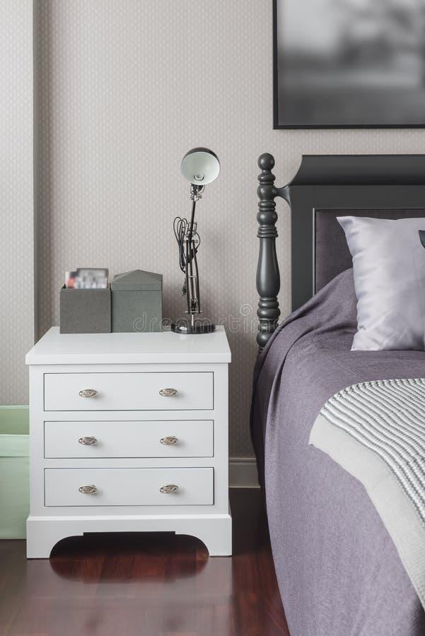 Hölzernes weißes Tabellenkopfende mit schwarzer Lampe lizenzfreie stockfotos