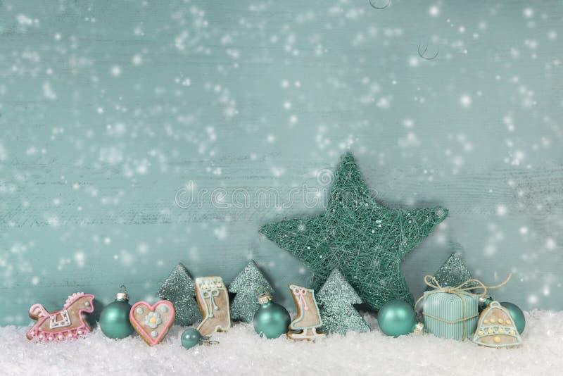 Hölzernes Weihnachtshintergrund-Minzengrün mit Schnee stockfotografie