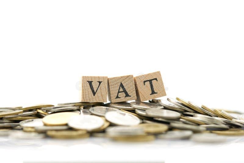 Hölzernes Wort Mehrwertsteuer wird auf einen Stapel von Münzen gesetzt Anwendung als Hintergrundgeschäftskonzept und Finanzkonzep stockfotos
