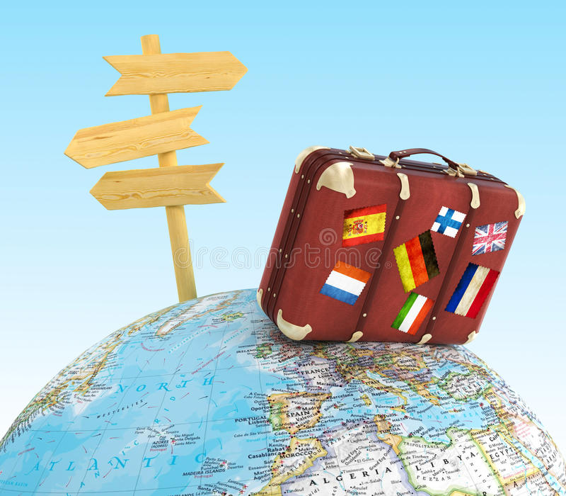 Hölzernes Zeichenbrett und alter Koffer mit striples Flaggen auf unscharfer Weltkarte stockfotografie
