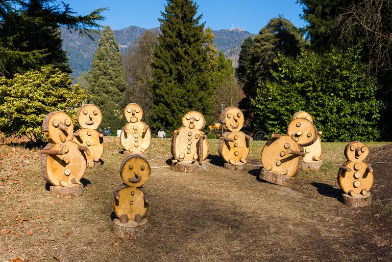 Hölzige Puppets im Park Levico Terme, Trentino Alto Adige lizenzfreies stockbild