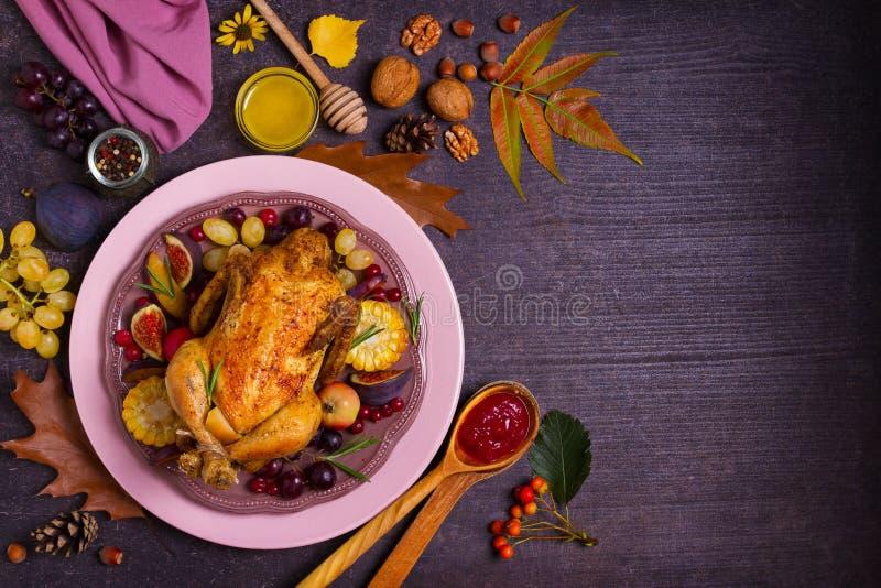 Höna eller kalkon med frukter, grönsaker och bär Tranbärsås, honung, muttrar, höstsidor Lämnar & kalebasser och ett keramiskt kal arkivfoto