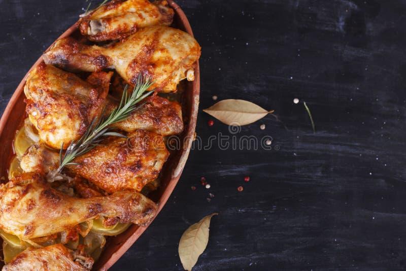 Höna i paprikasås som bakas i ugnen i krukmakeri fega djupa stekte ben marinated vingar royaltyfri foto