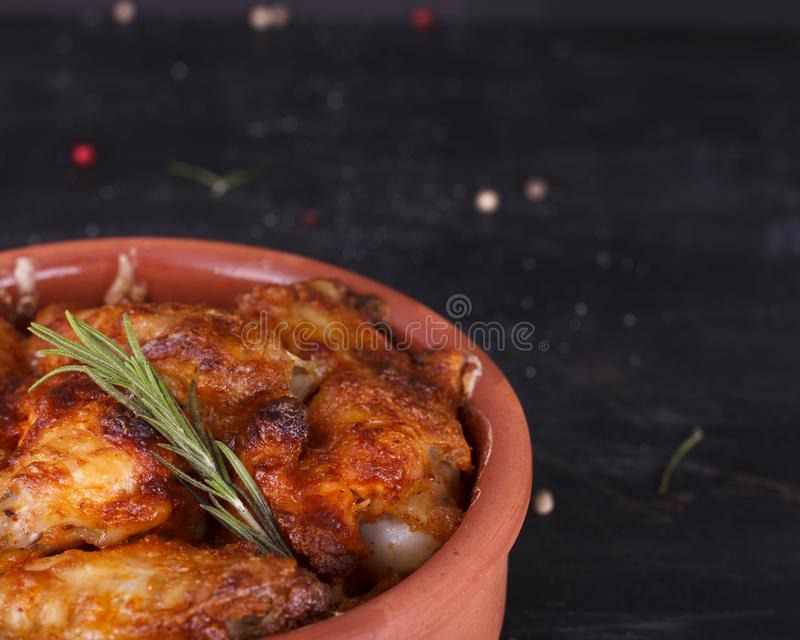 Höna i paprikasås som bakas i ugnen i krukmakeri fega djupa stekte ben marinated vingar arkivfoton