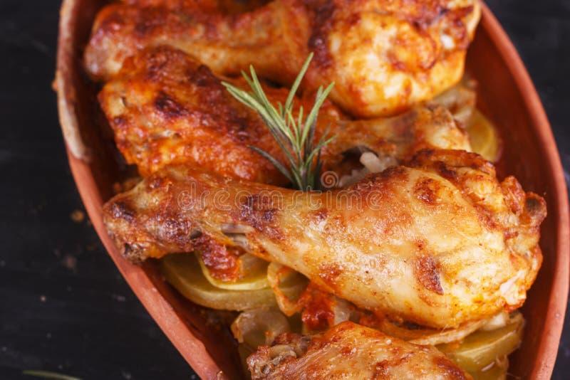 Höna i paprikasås som bakas i ugnen i krukmakeri fega djupa stekte ben marinated vingar arkivfoto