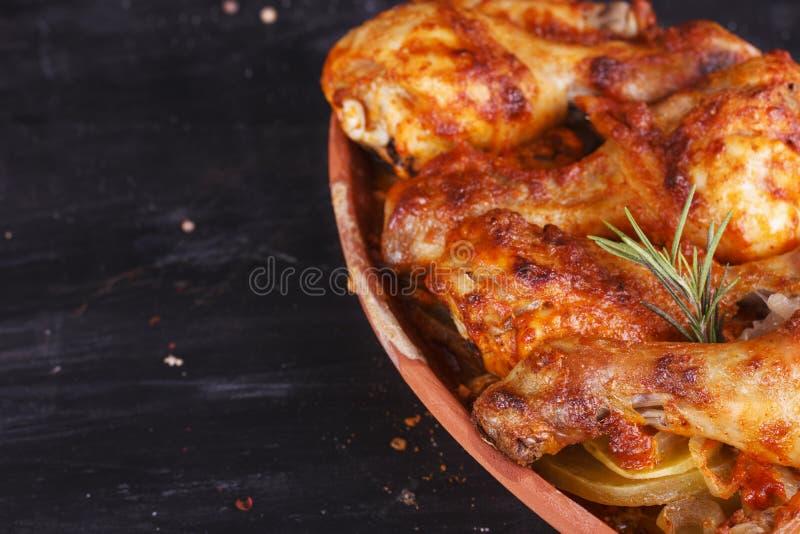 Höna i paprikasås som bakas i ugnen i krukmakeri fega djupa stekte ben marinated vingar arkivbilder