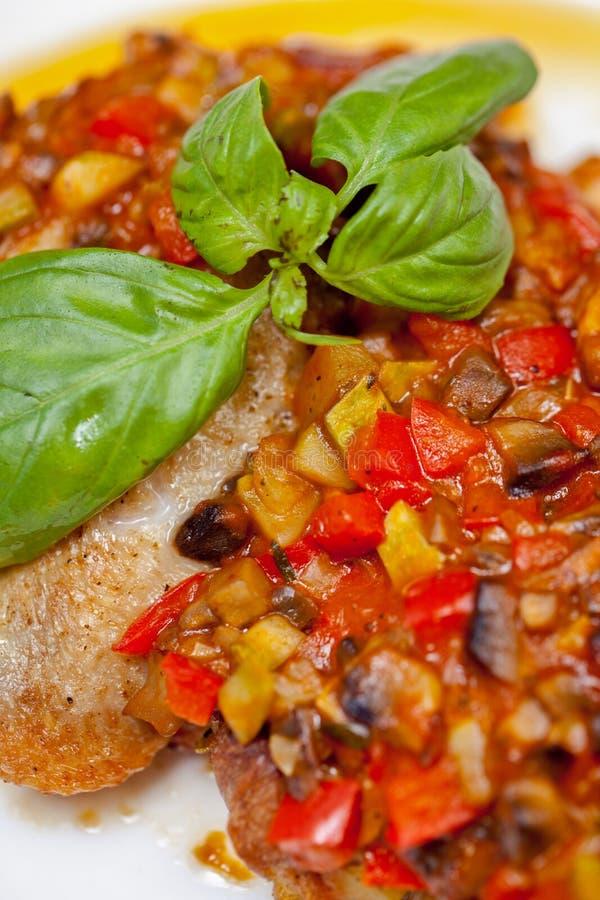 Höna med grönsaker royaltyfria foton