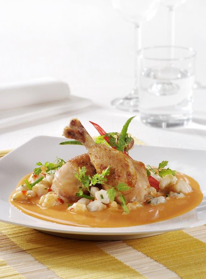 Höna och Gnocchi i Paprika lagar mat med grädde sås arkivfoton