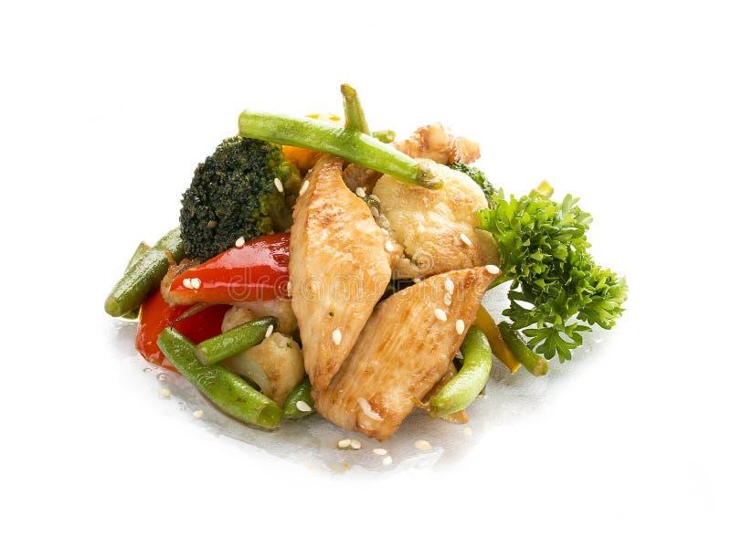 Höna som stekas i, WOKAR med grönsaker i soya asiatisk lunch fotografering för bildbyråer