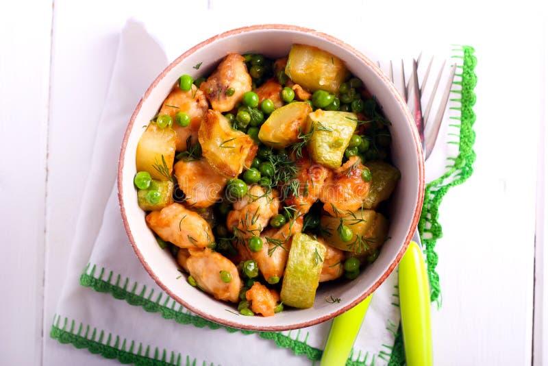 Höna zucchini, ärtaeldfast form arkivfoton