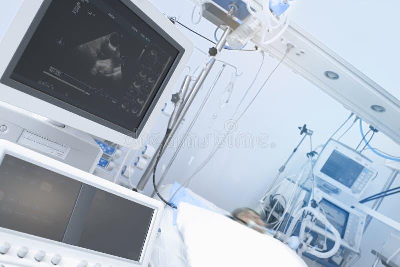 Hör övervakning av patienten i den kritiska omsorgenheten royaltyfri fotografi